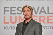 <span style='display:inline-block; background-color:#DF071E; width: 100%;padding:5px;'>Mads Mikkelsen</span>