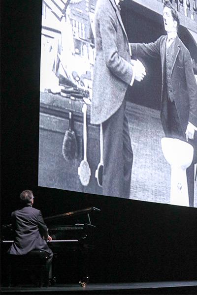 <span style='display:inline-block; background-color:#DF071E; width: 100%;padding:5px;'>Chaplin en ciné-concert à Halle Tony Garnier</span>