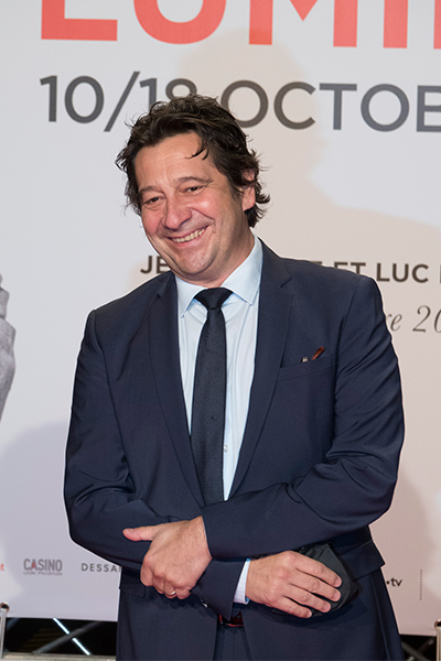 <span style='display:inline-block; background-color:#DF071E; width: 100%;padding:5px;'>Laurent Gerra</span>