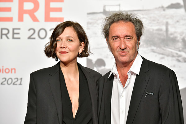 <span style='display:inline-block; background-color:#DF071E; width: 100%;padding:5px;'>Maggie Gyllenhaal et Paolo Sorrentino</span>