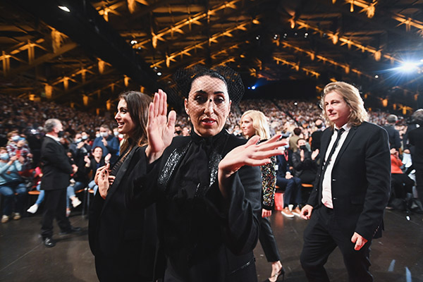 <span style='display:inline-block; background-color:#DF071E; width: 100%;padding:5px;'>Rossy de Palma</span>