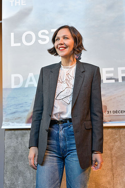 <span style='display:inline-block; background-color:#DF071E; width: 100%;padding:5px;'>Maggie Gyllenhaal</span>