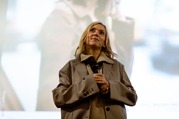 <span style='display:inline-block; background-color:#DF071E; width: 100%;padding:5px;'>Léa Drucker</span>