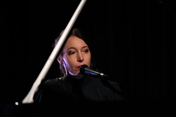 <span style='display:inline-block; background-color:#DF071E; width: 100%;padding:5px;'>Concert de Jeanne Cherhal</span>