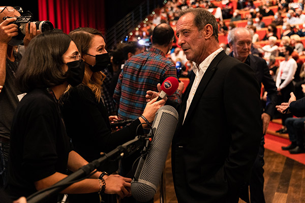 <span style='display:inline-block; background-color:#DF071E; width: 100%;padding:5px;'>Vincent Lindon</span>